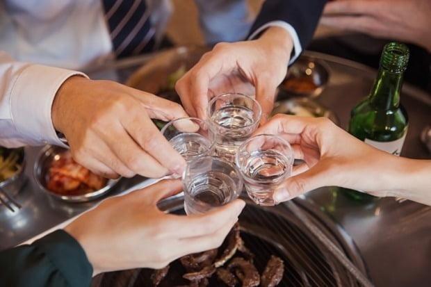 11일 유통업계에 따르면 롯데칠성음료가 자사 대표 소주 '처음처럼'을 리뉴얼해 알코올 도수를 기존 16.9도에서 16.5도로 0.4도 낮췄다. 사진=게티이미지뱅크