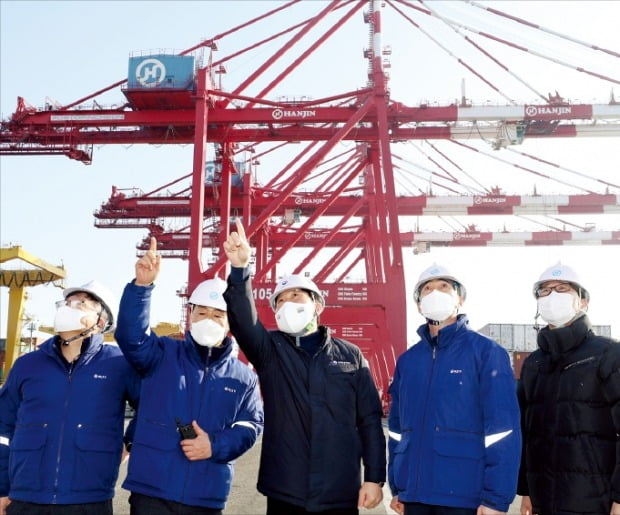 성윤모 산업통상자원부 장관(가운데)이 1일 인천 신항에 있는 한진컨테이너터미널에서 수출 현장을 점검하고 있다.  /뉴스1