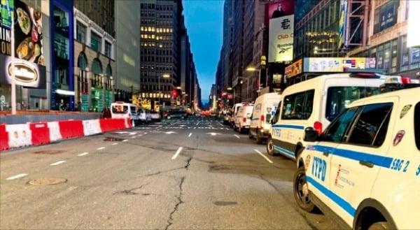 미국 뉴욕 타임스스퀘어 주변에 경찰차들이 세워져 있다.  사진=연합뉴스