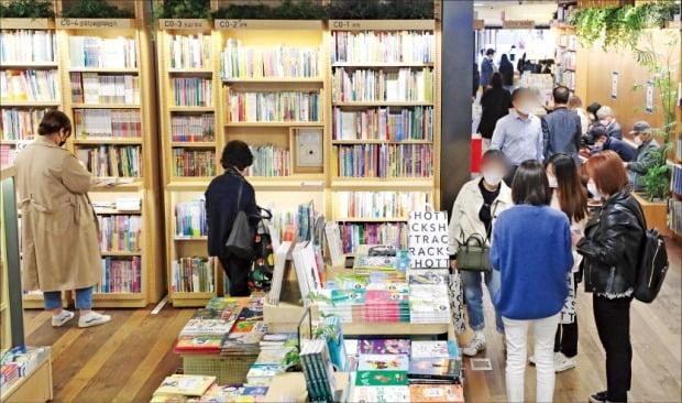 서울 세종대로의 교보문고 광화문점을 찾은 방문객들이 책을 둘러보고 있다.  /뉴스1