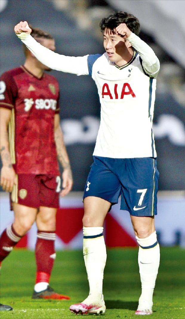 < 새해 첫 골 '쾌조의 출발' > 손흥민이 2일(한국시간) 영국 런던의 토트넘 홋스퍼 스타디움에서 열린 2020~2021시즌 EPL 17라운드 리즈 유나이티드전에서 팀의 두 번째 골이자 자신의 토트넘 통산 100호 골을 넣은 뒤 두 주먹을 불끈 쥐고 있다.   AP연합뉴스