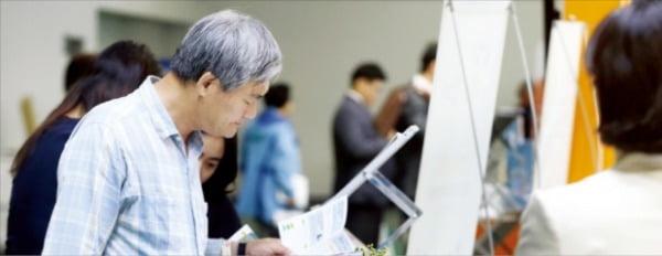 서울 서초구 양재동 aT센터에서 은행·보험·증권업계의 국내 29개 금융사 참여로 열린 '100세 시대 금융 박람회'에서 시민들이 금융사 관계자와 금융상품에 대해 상담하고 있다.  사진=연합뉴스
