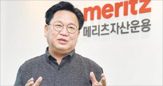 """존 리 메리츠자산운용 대표는 6일 한국경제신문과의 인터뷰에서 """"코스피지수 3000 돌파에 연연하지 말고 꾸준히 주식을 사 모으는 것이 중요하다""""고 말했다.  /김영우  기자  youngwoo@hankyung.com"""