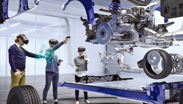 현대자동차 직원들이 가상현실(VR) 기기를 쓰고 제품 설계와 디자인을 검토하고 있다. 현대차 제공