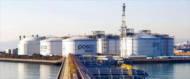 액화천연가스(LNG) 현물 수입가격이 올 들어 역대 최고치로 치솟으면서 국내 도시가스 및 전기요금의 연쇄 상승으로 이어질지 모른다는 우려가 나온다. 사진은 LNG를 직수입하는 포스코에너지의 광양LNG터미널 5호기 탱크. 연합뉴스