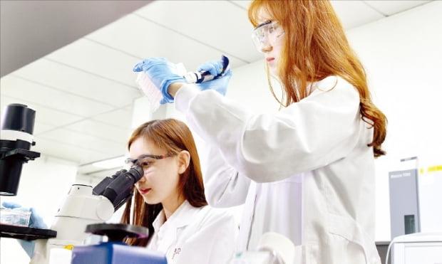 LG화학 생명과학사업본부 연구원들이 서울 마곡중앙로 마곡연구개발(R&D)캠퍼스에서 약물실험을 하고 있다.    LG화학  제공