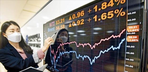 국제 원유시장의 벤치마크인 북해산 브렌트유가 13일 런던 ICE선물거래소에서 배럴당 56.58달러에 거래됐다. 전날보다 1.65% 오른 가격이다. 한 경제정보사이트 직원이 국제 유가 그래프를 살펴보고 있다.   /신경훈  기자  khshin@hankyung.com