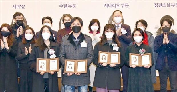 < 한경 신춘문예 '영광의 얼굴들' > 올해 한국경제신문 신춘문예 시상식에 참석한 부문별 당선자와 심사위원들.
