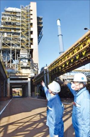 포스코 포항제철소 직원들이 17일 대기 중 질소산화물 배출량을 대폭 저감하는 설비인 친환경 소결기(SCR)에 대해 설명하고 있다.  포스코 제공