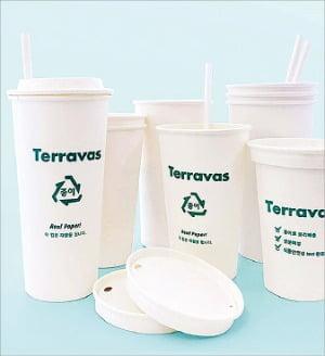 PE프리(폴리에틸렌 무첨가) 제품인 테라바스 종이컵과 빨대.