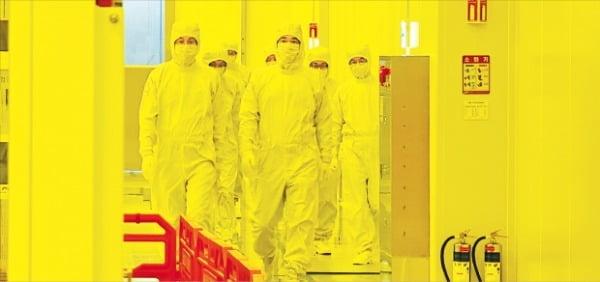 이재용 삼성전자 부회장이 지난 4일 경기 평택 사업장에서 극자외선(EUV) 전용 라인을 점검하고 있다.  삼성전자 제공