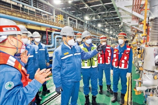 최정우 포스코 회장이 새해 첫 행보로 제철소 현장을 찾아 설비를 둘러보고 있다.  포스코  제공