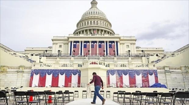 < 철통경계 속 취임식 무대 설치 분주 > 오는 20일(현지시간) 조 바이든 미국 대통령 취임식을 앞두고 미 전역에 비상이 걸렸다. 도널드 트럼프 대통령 극렬 지지자들이 무장 시위를 벌일 가능성이 있기 때문이다. 16일 워싱턴DC 연방의회 의사당 앞에 취임식 무대 등이 설치되고 있다.  AP연합뉴스