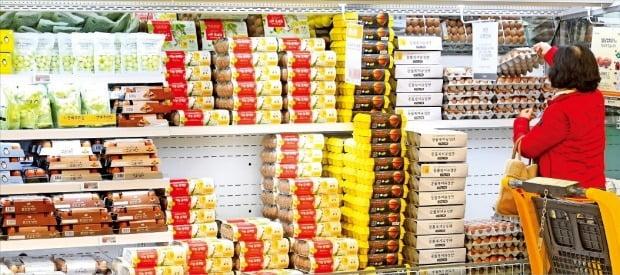 한파와 조류인플루엔자(AI) 확산 등의 영향으로 다음달 설을 앞두고 계란, 닭고기, 쌀 등 가격이 오르고 있다. 17일 서울 성수동 이마트에서 한 소비자가 계란 코너를 둘러보고 있다.  /강은구 기자 egkang@hankyung.com