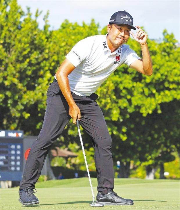 < 모자 챙 잡기 세리머니하는 케빈 나 > 케빈 나(38)가 18일(한국시간) 미국프로골프(PGA)투어 소니오픈이 열린 미국 하와이주 호놀룰루의 와이알레이CC 18번홀에서 버디 퍼트에 성공한 뒤 모자를 잡으며 우승을 자축하고 있다.   AFP연합뉴스