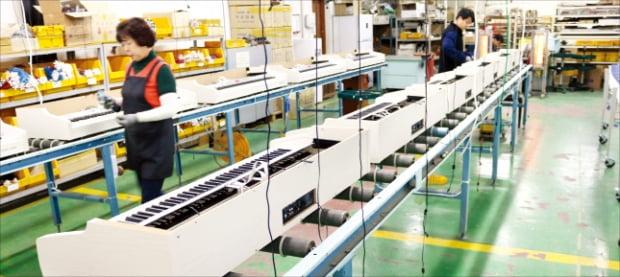 인천 서구의 한 악기 공장에서 직원들이 디지털 피아노를 생산하고 있다.  한경DB