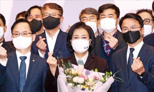 < 중기부 직원들과 기념촬영 > 박영선 중소벤처기업부 장관(가운데)이 20일 정부대전청사 대회의실에서 부처 직원들과 기념사진을 찍고 있다. 박 장관은 이날 사의를 밝혔다.  /연합뉴스