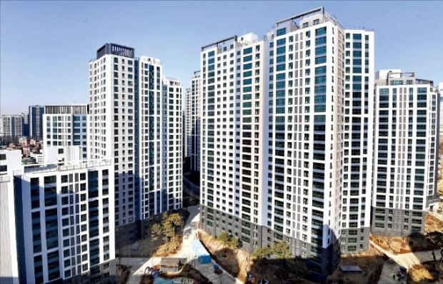 서울 마포구에서 전용면적 84㎡ 주택형이 처음으로 20억원에 거래된 염리동 마포프레스티지자이(염리3구역 재개발).  김범준  기자 bjk07@hankyung.com