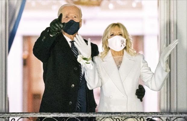 < 백악관 입성 > 조 바이든 미국 대통령과 부인 질 바이든 여사가 20일(현지시간) 워싱턴DC 백악관 발코니에서 불꽃놀이를 보고 있다.  /AP연합뉴스