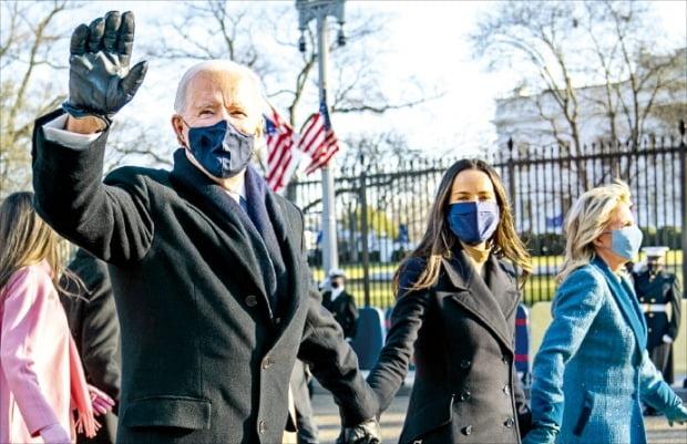 """< 걸어서…""""집에 가는 느낌"""" > 조 바이든 미국 대통령이 20일(현지시간) 딸 애슐리 바이든, 부인 질 바이든 여사와 함께 손을 잡고 백악관을 향해 걷고 있다.  /AP연합뉴스"""