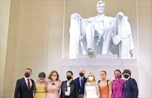 < 링컨 동상 앞에서… > 조 바이든 미국 대통령이 20일(현지시간) 취임식을 마치고 워싱턴DC 링컨기념관 안에 있는 에이브러햄 링컨 전 대통령의 동상 앞에서 가족들과 기념사진을 찍고 있다. /AFP연합뉴스