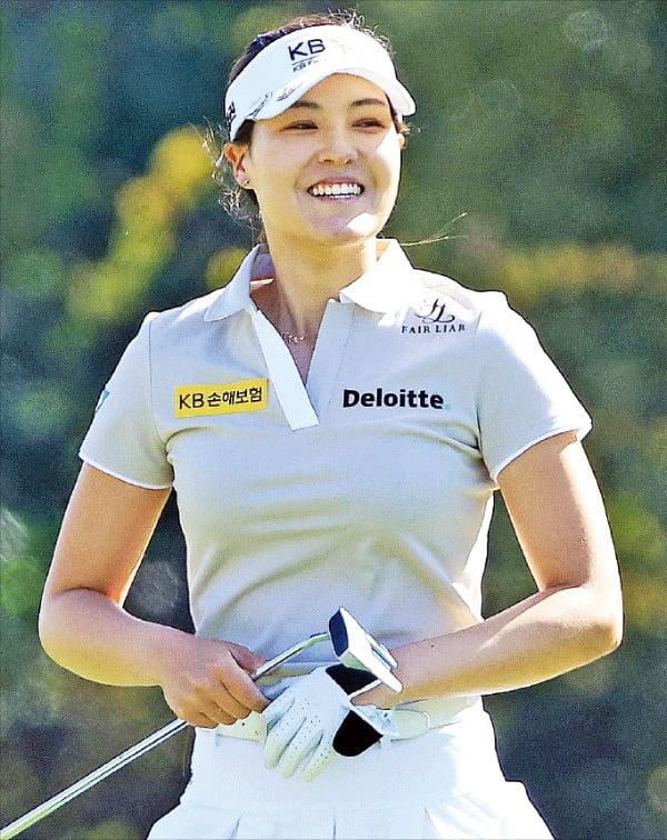 전인지가 22일(한국시간) 열린 미국여자프로골프(LPGA) 투어 다이아몬드 리조트 토너먼트 오브 챔피언스 1라운드 7번홀에서 버디 퍼트를 앞두고 환하게 웃고 있다.   /AFP연합뉴스