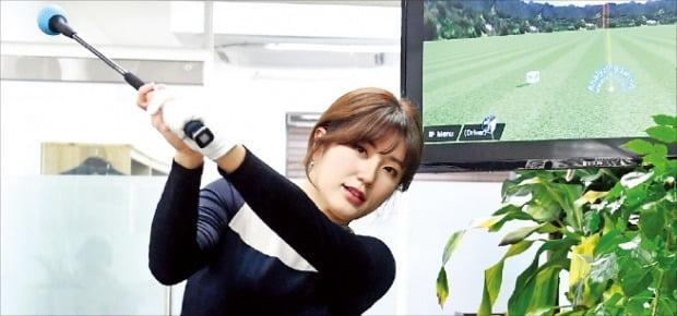 """남민지 프로가 파이골프를 사용해본 소감을 설명하고 있다. 그는 """"클럽 끝이 묵직해 스윙을 하면 실제로 공을 치는 듯한 느낌이 살짝 든다""""고 했다.   /변성현 한경닷컴 기자 byun84@hankyung.com"""