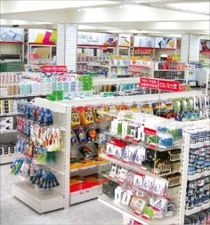 소비자 발길이 끊겨 썰렁한 한 문구매장.  한경DB