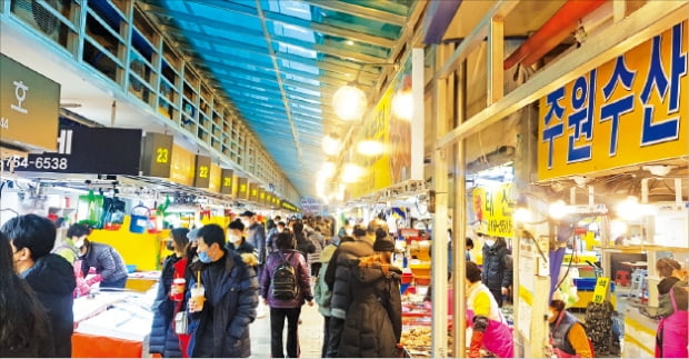 인천 소래포구 어시장에 손님들이 몰리고 있다. 인천=강준완 기자