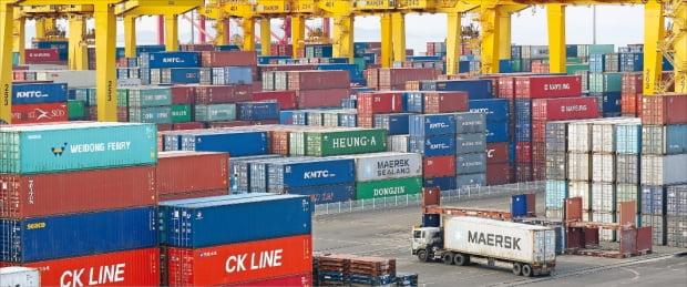 작년 한국의 실질 경제성장률은 -1%를 기록했다. 기업의 수출과 설비투자가 예상보다 늘어난 영향 등으로 한국은행의 전망치(-1.1%)보다 소폭 높았다. 26일 인천 연수구 송도 신항 한진터미널에서 한 트럭이 컨테이너를 싣고 이동하고 있다.  연합뉴스