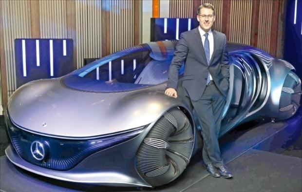 토마스 클라인 메르세데스벤츠코리아 사장이 27일 신년 기자간담회에서 미래 콘셉트카 'AVTR'을 소개하고 있다.  /메르세데스벤츠 제공