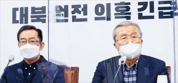 김종인 국민의힘 비상대책위원장(오른쪽)이 31일 국회에서 열린 긴급 대책회의에서 '문재인 정부가 북한에 원자력발전소 건설을 추진했다'는 의혹에 대해 철저한 진상 규명을 촉구했다. 연합뉴스