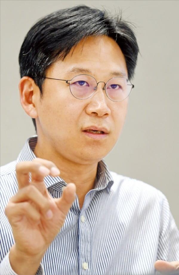 배경훈 LG AI연구원장은 1976년생이다. 그가 삼고초려 끝에 CSAI(최고AI과학자)로 영입한 이홍락 미시간대 교수가 1977년생이다. LG그룹의 인공지능 트랜스포메이션(AIX) 전략을 AI업계의 '황금세대'로 불리는 1970년대생 '투톱'이 주도하고 있다.  허문찬 기자 sweat@hankyung.com