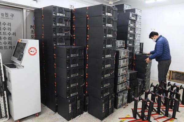 코로나19로 인해 PC방 등 자영업 폐업이 늘면서 서울 용산의 한 중고PC업체 창고에 중고 PC 부품이 쌓여 있다. /사진=한경DB