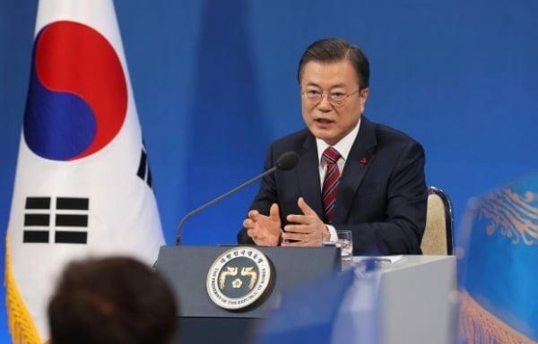문재인 대통령이 지난 18일 청와대 춘추관에서 열린 신년 기자회견에서 기자의 질문에 답하고 있다. /사진=청와대사진기자단