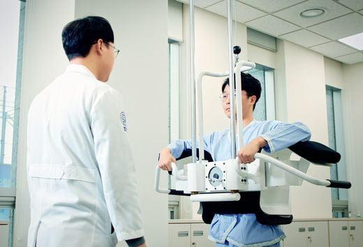 자생한방병원 의료진들이 동작침법으로 근골격계 환자를 치료하고 있다