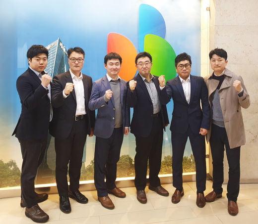 금상을 수상한 'SmarT-UBI팀'이 기념촬영을 하고 있다.