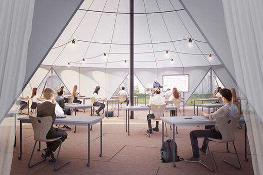 사회적 거리 두기를 적용한 텐트형 교실.