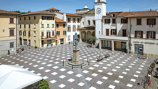 안전거리를 시각화한 지오토(Giotto) 광장의 바닥패턴.