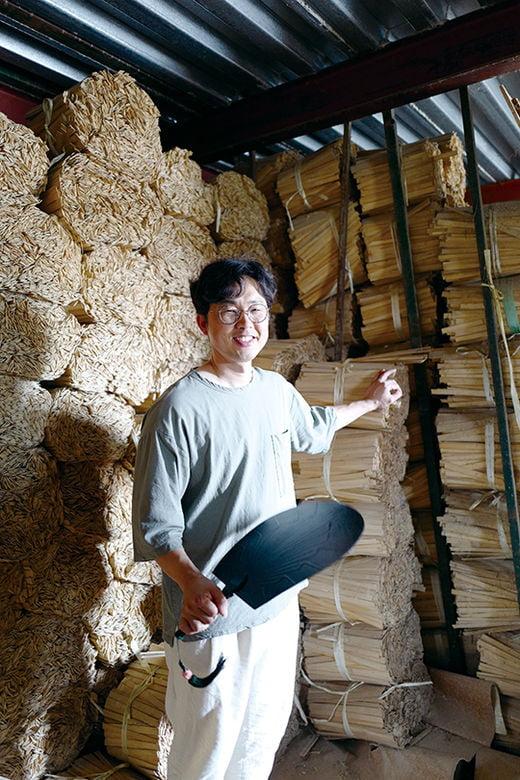 아버지의 유산인 수만 개의 대나무 조각 앞에 선 죽호 김주용