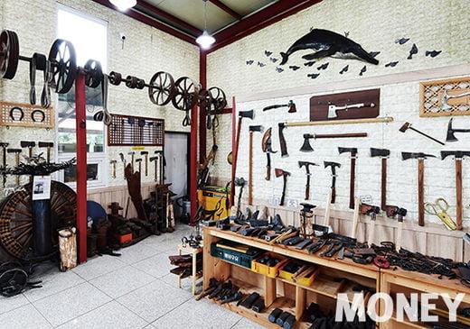 작업실 옆에는 이 대표가 직접 만든 농기구들과 예술작품이 전시돼 있다.