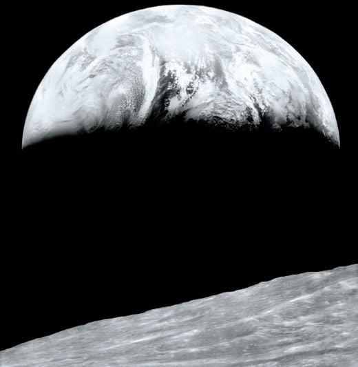 1966년 루나 오비터 1호가 달 표면에서 촬영한 지구의 모습.