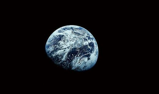아폴로 8호에서 촬영한 지구 사진. 최초로 인류가 지구 밖에서 지구를 찍은 것으로 광활한 우주에서 지구가 얼마나 작은지를 직접 깨닫게 해 준 계기가 됐다.