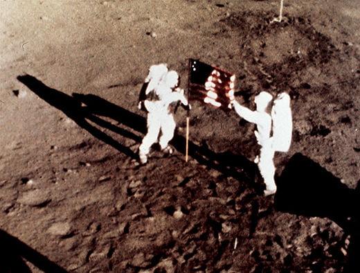 달 표면에서 성조기를 꽂는 닐 암스트롱과 버즈 올드린.