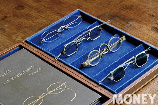 1800년대를 대표하는 안경들. 템플(안경 다리)이 각각 슬라이딩 템플, 턴핀(turn-pin) 템플. 현대 안경과 달리 눈동자 크기와 렌즈구경 크기가 흡사한 형태다. 케이스는 1920년대 바슈롬의 안경 케이스, 책은 1890년대에 출간된 안경 관련 서적.