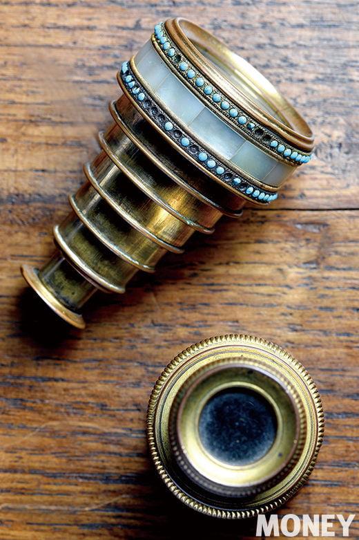 스파이글라스라고 불리는 소형 망원경. 1800년대 프랑스의 살롱 문화나 오페라 극장에서 많이 사용되던 아이템으로 금, 자개, 터키석 등으로 화려하게 수놓았다. 각각 8단과 3단짜리 망원경이며 크기는 접어 놓으면 500원짜리 동전보다 조금 큰 정도. 단이 많을수록 고가의 물건이다.