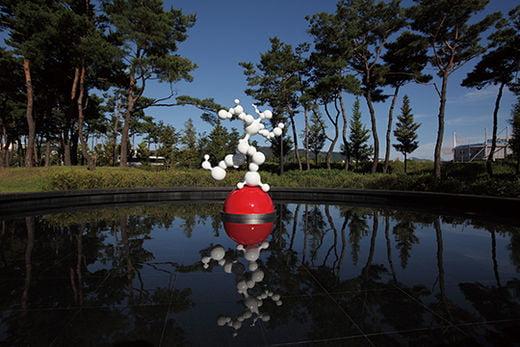 버블맨, 스테인리스 스틸에 우레탄 도장, 140×90×240cm, 2017년