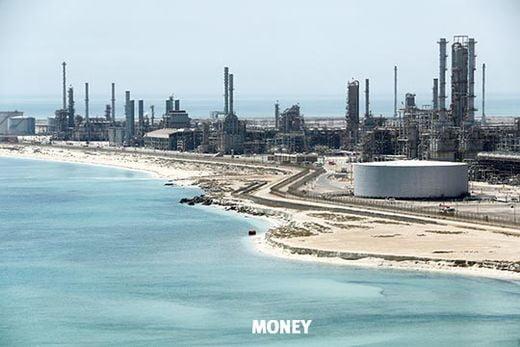 사우디아라비아의 국영 석유 회사 사우디 아람코가 처음으로 발행한 달러 표시 채권에 사상 최대인 1000억 달러의 자금이 몰렸다. 아람코는 조달 규모를 당초 100억 달러에서 120억 달러로 늘려 지난 4월 10일 채권을 발행했다. 사우디 동부 라스타누라 지역에 있는 아람코 정유공장.