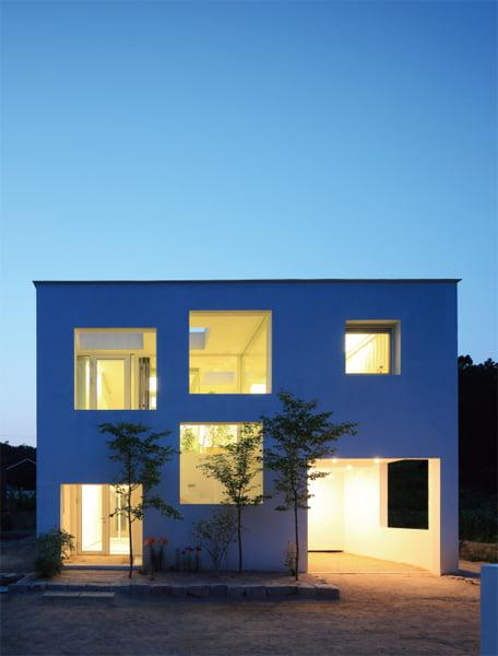 경기도 양주시에 위치한 '9×9 주택'의 전경. 공간 외곽으로 가구를 몰아넣은 이 실험주택은 철저히 사용자가 공간을 정의한다.