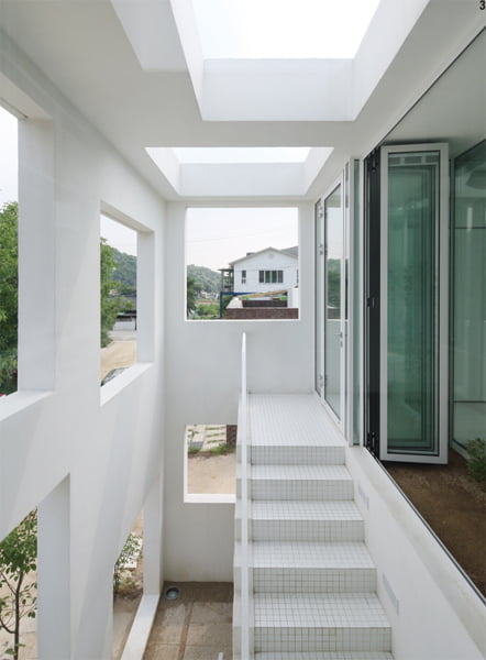 내부와 외부의 경계가 모호한 중성적인 계단실 공간.